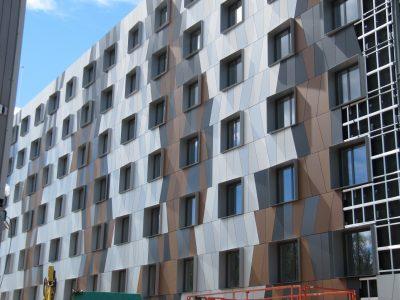 finestre in alluminio grigio scuro tesy per hotel
